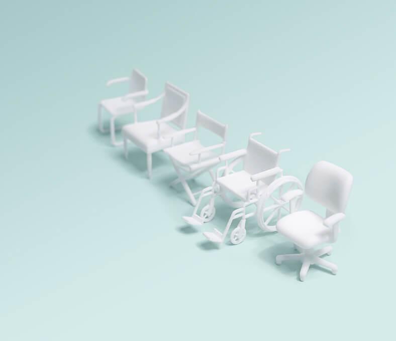 Mehrere weiße Bürostühle stehen in einer diagonalen Reihe, dazwischen ein Rollstuhl.