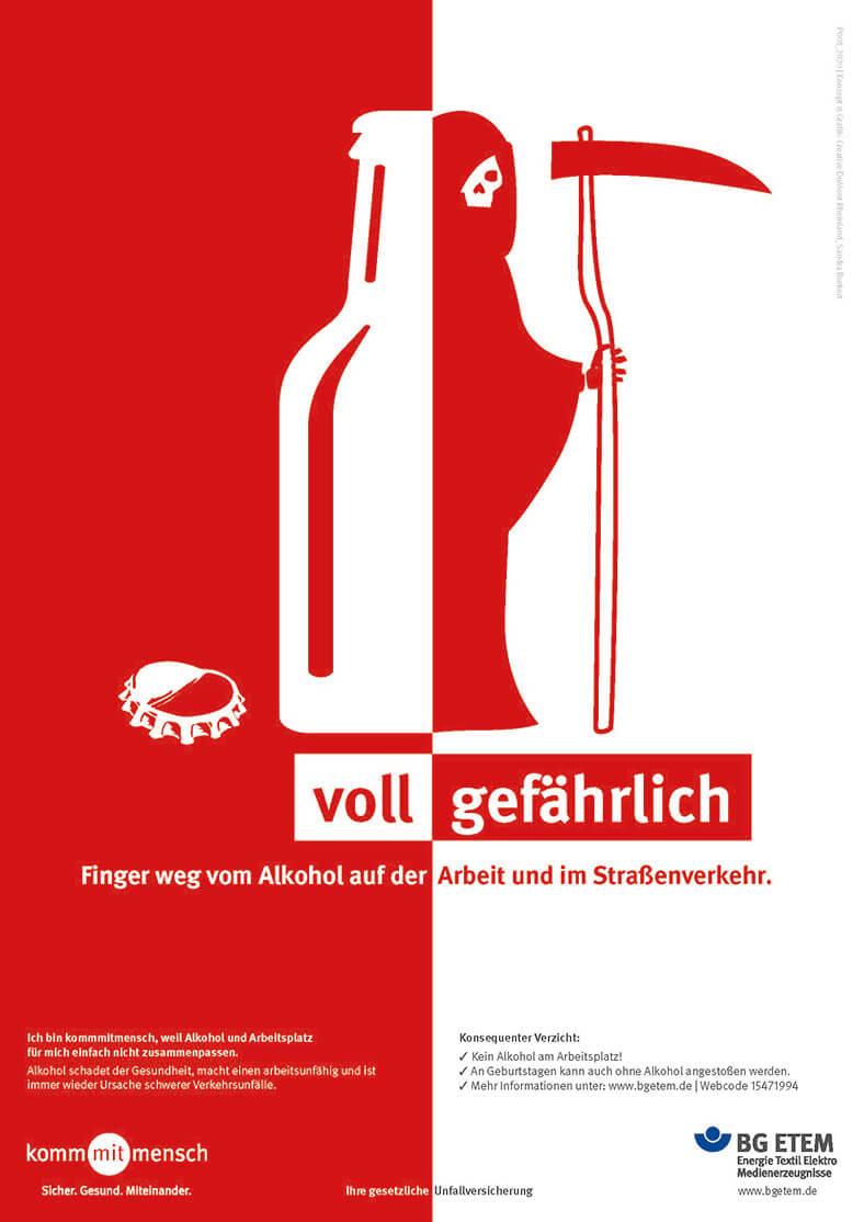 Das Plakat zeigt in rot und weiß eine halbe Flasche, daneben eine Figur mit Totenschädel und Sense, darunter den Slogan: Voll gefährlich, Finger weg vom Alkohol auf der Arbeit und im Straßenverkehr.