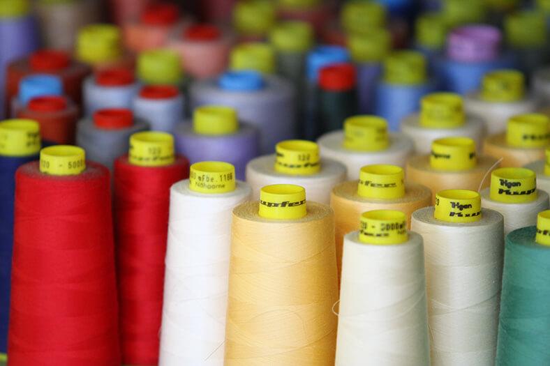 Garnspulen in verschiedenen Farben