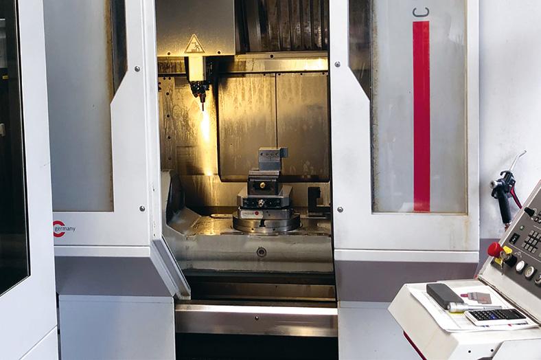 CNC-Fräsmaschine mit Bedienkonsole rechts.