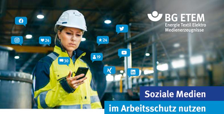 Frau in gelb-blauer Schutzkleidung mit weißem Bauhelm hält ein Smartphone. Um sie herum sind blaue Symbole von sozialen Medien verteilt.