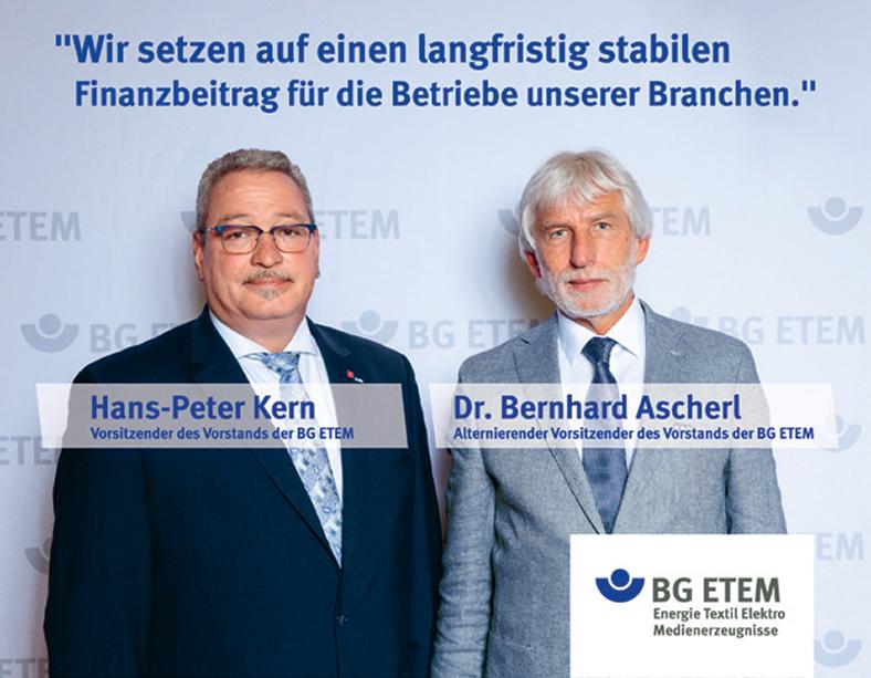 Die Vorstände der BG ETEM Hans Peter-Kern und Dr. Bernhard Ascherl stehen nebeneinander. Beide tragen einen Anzug, ein transparentes Banner vor ihrer Brust zeigt ihre Namen und Stellung. Text darüber: Wir setzen auf einen langfristig stabilen Finnazbeitrag für die Betriebe unserer Branchen.