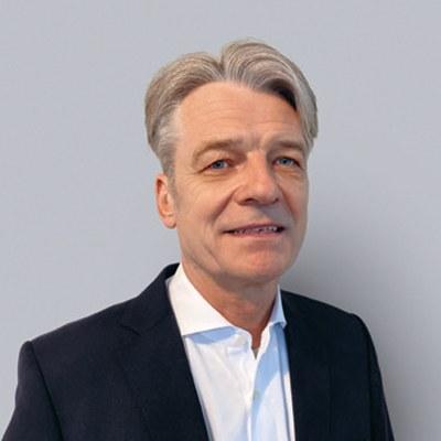 Porträt von Jobst Kleineberg, neuer Vorsitzender der Vertreterversammlung der BG ETEM. Er hat kurze graue Haare, trägt ein weißes Hemd und ein dunkles Jackett.